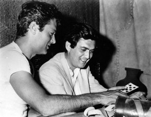 Tony Curtis showing a card trick to Stanley Kubrick.