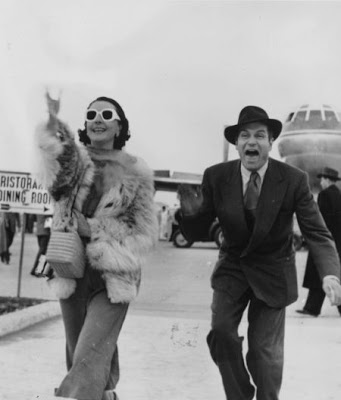 Z Laurence Olivier & Vivien Leigh [A4]a (Arriving at Rome airport, 24th Feb. 1953.s